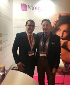 El dr. Pérez de la Romana con el dr. Chacón, fundador de la empresa productora de las prótesis Motiva
